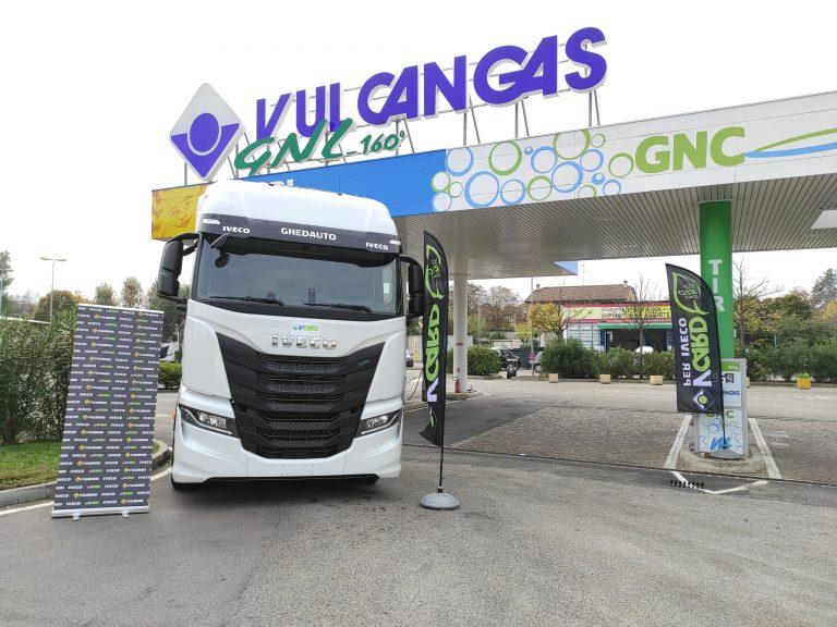 Il camion Iveco è pronto per ripartire dopo il rifornimento di bio-GNL